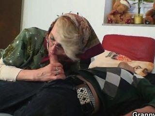 शरारती दादी उसकी पुरानी योनी को देता है