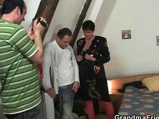 दादी के साथ photosession त्रिगुट की ओर जाता है