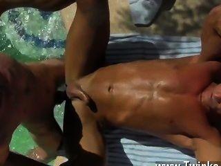 स्टड जिस्म नीचे टपकता के साथ गर्म समलैंगिक उसकी पीठ tanned, पिताजी एलेक्स है