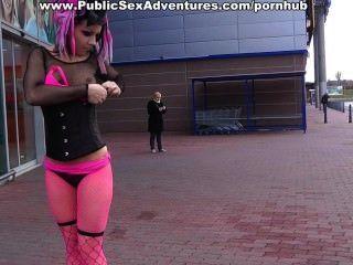 उसे देखने के साथ आधे नग्न भावनाएं लड़की झटके हर कोई