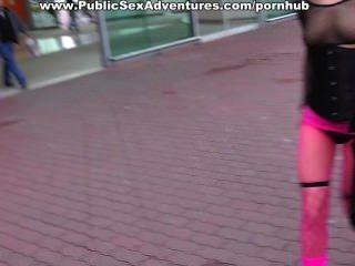 कार में कमबख्त गुलाबी fishnets में लड़की