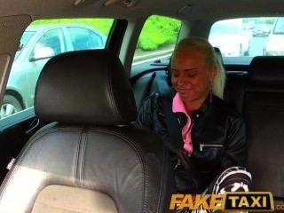 FakeTaxi असली शौकिया किशोरों की पैंटी चला जाता है और टैक्सी ड्राइवर के साथ उसकी बकवास देता है