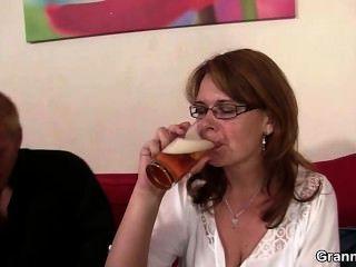 नशे में धुत माँ उसके योनी drilled हो जाता है