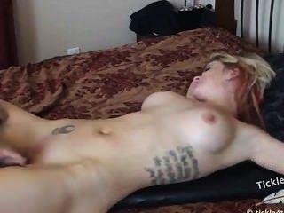 बिस्तर पर नग्न गुदगुदी यातना