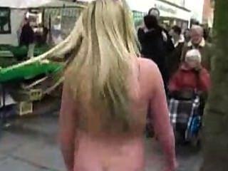 सार्वजनिक में नंगा, सड़क पर नाच