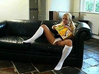 आलसी लड़की सोफे पर pees भोजन करते समय