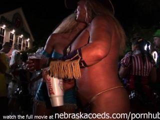 सड़क निष्पक्ष कुंजी पश्चिम जंगली गर्म नग्न हर जगह लड़कियों