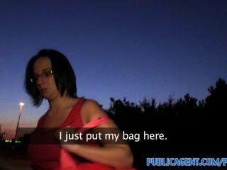 PublicAgent HD बिग गधा लड़की एक ट्रेन स्टेशन के पीछे गड़बड़ है