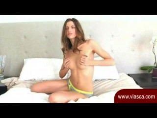 प्यारा सा श्यामला उसे Webcam खड़ी पर है और उसे भट्ठा मलाई