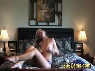 गर्म गोरा किशोरों की स्ट्रिप्स और वेब कैमरा पर cums