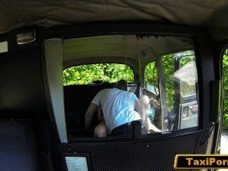 असंतुष्ट पत्नी सुरक्षा कैमरे पर कमबख्त टैक्सी चालक पकड़ा