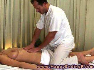 कामुक मालिश मॉडल masseurs डिक पकड़ लेता है और उसके स्तन के बीच डालता