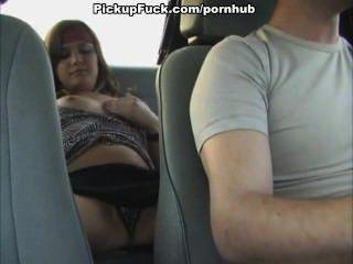 महिला एक टैक्सी में masturbates