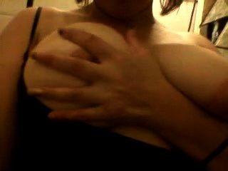 मुझे मेरे स्तन के साथ खेल रहा है