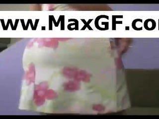 गृहिणी उसे स्नान सूट बंद छीलने और उसे Webcam के लिए चिढ़ा