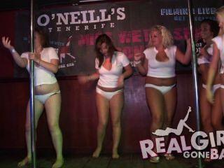 सेक्सी लड़कियों को मंच के पीछे मंच और एक बहुत मुखर blowjob पर नग्न स्ट्रिपटीज़