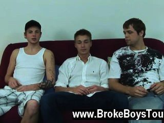 एश्टन अपने हाथों और घुटनों पर बैठ गया, माइक उसके पीछे घुटना टेककर, जबकि
