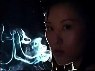 एशियाई महिला धूम्रपान