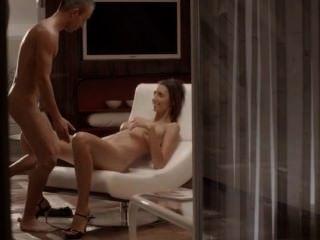 एक कुर्सी पर सूक्ष्म लड़की के साथ लक्जरी सेक्स