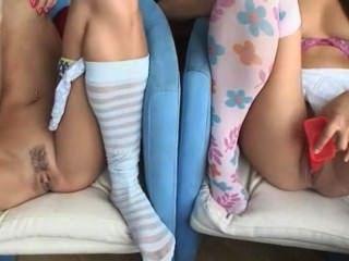 सोफे पर हस्तमैथुन दो cuties