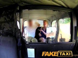 टैक्सी ड्राइवर सुनहरे बालों वाली लड़की गौण पर एक creampie देता है