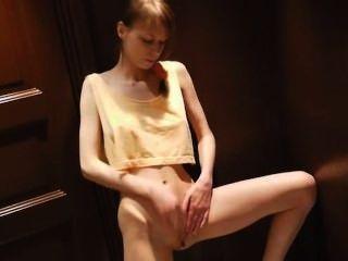 bidet के साथ किशोर योनि हस्तमैथुन