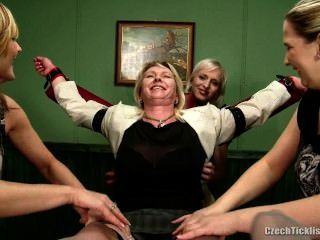 रूसी शिक्षक गुदगुदी पैर