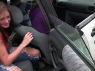 कार में डिक चूसने ग्लैमरस लड़कियां