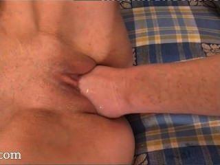 लड़कियां उनके vaginas में मुट्ठी डालने