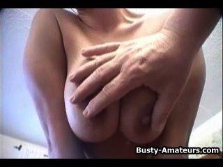 Busty लड़की कर रही स्ट्रिपटीज और गर्म पीओवी