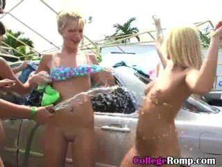 बिकनी में कॉलेज की लड़कियों दान कार धोने के लिए बंद hosed