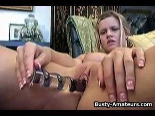 उसकी उंगली और dildo के साथ उसे बिल्ली हस्तमैथुन लिसा Neils