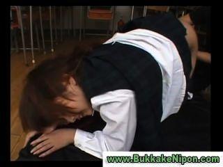 जापानी चेक बनियान स्कूल लड़की उँगलियों और गड़बड़ हो जाता है