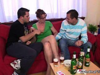 पुराने लड़की के साथ नशे में त्रिगुट पार्टी में