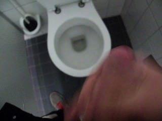 पुरुष झटका बंद और सार्वजनिक शौचालय में सह