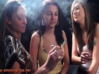 धूम्रपान करने के लिए महिला-रहित बुत बल पूरी तरह से धूम्रपान किया हो रही है!