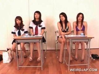 कॉलेज एशियाई लड़कियों को सही blowjob देने के लिए सीखने