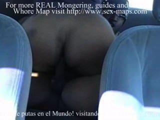 वेश्या एक पर्यटक की कार में एक फोन करना