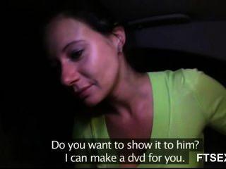 धोखा महिला को उसके प्रेमी पर बदला जाता है