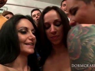 नग्न पर्नस्टारों कॉलेज कामुक किशोर के लिए एक सेक्स शो कर रही है