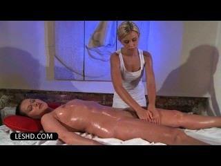 नग्न दिलेर समलैंगिक तेल के साथ एक बट मालिश का आनंद ले रहे