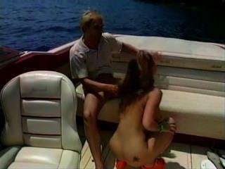 एक नाव पर हॉट बेब सेक्स