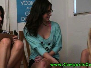 गर्म और सींग का बना कॉलेज की लड़कियों को अक्सर कैमरे के सामने जंगली सेक्स कर रहे हैं