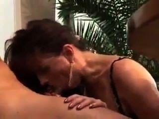उसकी फूहड़ पड़ोसी गर्मी में एक असली वेश्या परिपक्व है