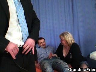 विशाल titted दादी दो लंड निगल