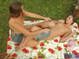 Kaitlyn और दिवा n picknicking बाहर कर
