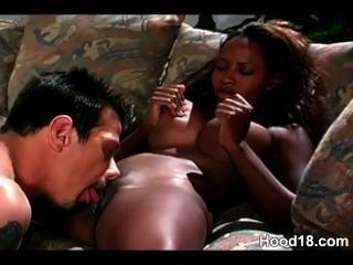 काली लड़की उसे सफेद बड़ा डिक बेकार