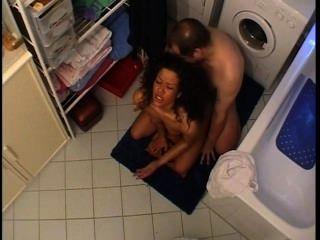 पति और पत्नी बाथरूम में उस पर मिल