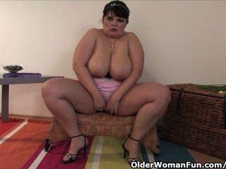 बड़े स्तन के साथ मोटा और परिपक्व माँ एक dildo के साथ खुद को fucks