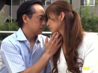 पत्नी जो बूढ़े आदमी के साथ प्यार में गिर गई